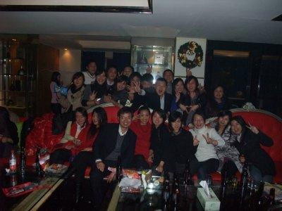 全体员工一起参加了年会的晚宴和集体KTV